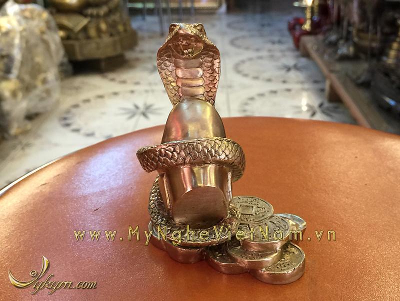 tượng rắn đồng 12 con giáp phong thủy cuốn tiền vàng 10cm