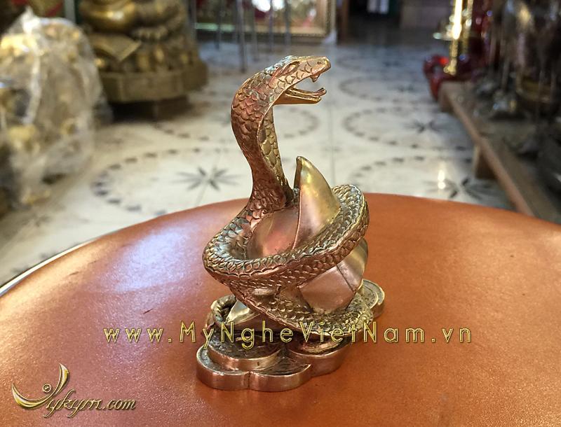 Tượng rắn đồng 12 con giáp phong thủy cuốn tiền vàng 10cm0