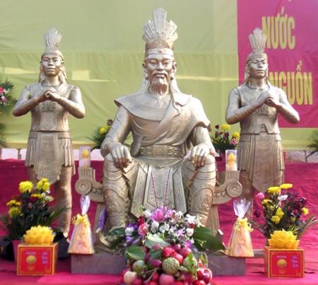 Tượng Vua Hùng trên Phú Thọ