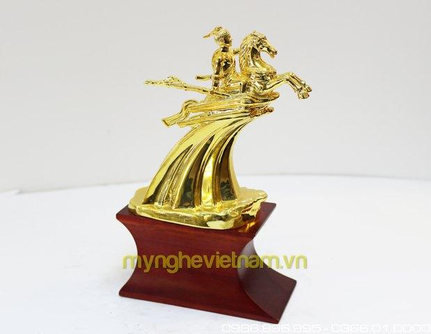 tượng thánh gióng mạ vàng quà tặng để bàn cao cấp