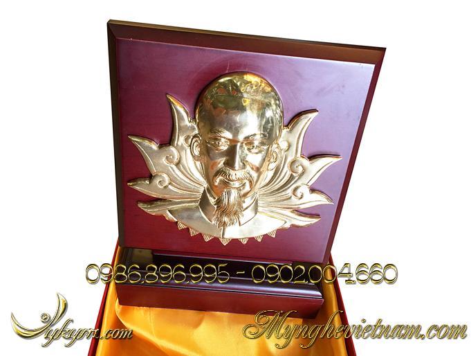biểu trưng quà tặng chân dung bác hồ bằng đồng 3