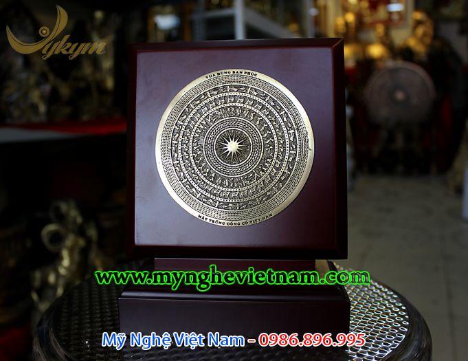 đĩa biểu trưng mặt trống đồng dựng