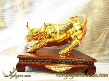 tượng trâu đồng, tượng trâu húc bằng đồng mạ vàng
