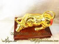 tượng trâu đồng, tượng trâu húc bằng đồng mạ vàng 2