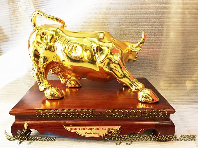 tượng trâu đồng, tượng trâu húc bằng đồng mạ vàng 3