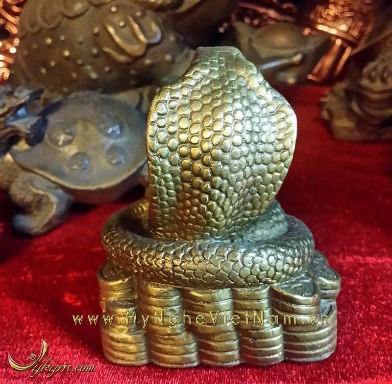 tượng rắn phong thủy bằng đồng ngậm ngọc