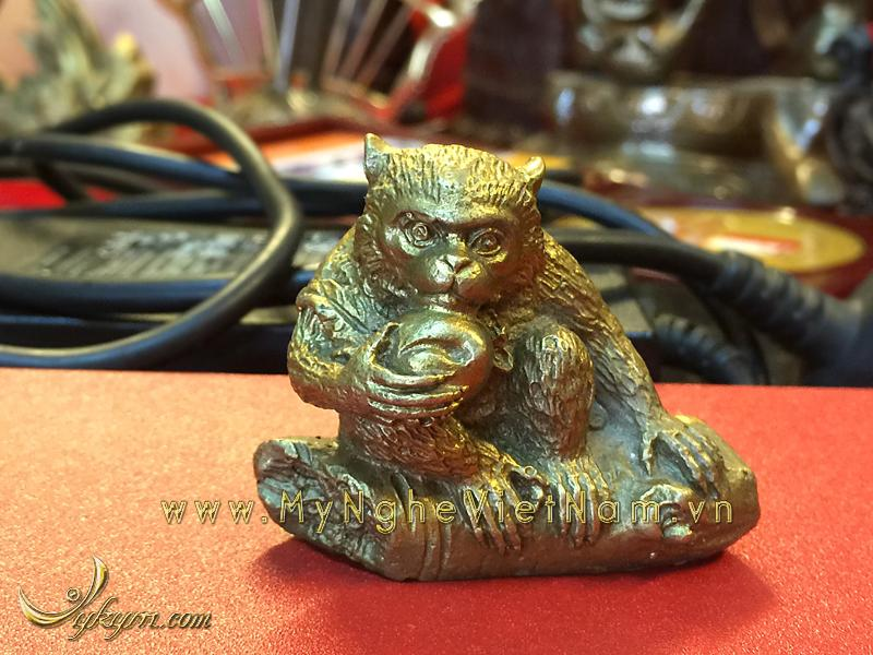 Tượng khỉ hầu ăn đào đúc bằng đồng cao 4cm0
