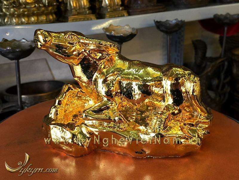 tượng trâu đồng nằm được mạ vàng