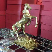 tượng ngựa đồng vàng tung chân trước đứng tiền 1