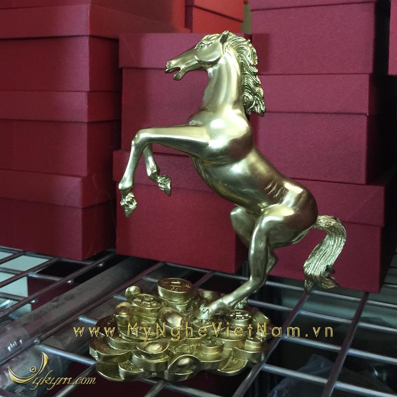 tượng ngựa đồng vàng tung chân trước đứng tiền 2