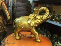 tượng voi đồng ngậm gậy như ý và thỏi vàng cao 25cm