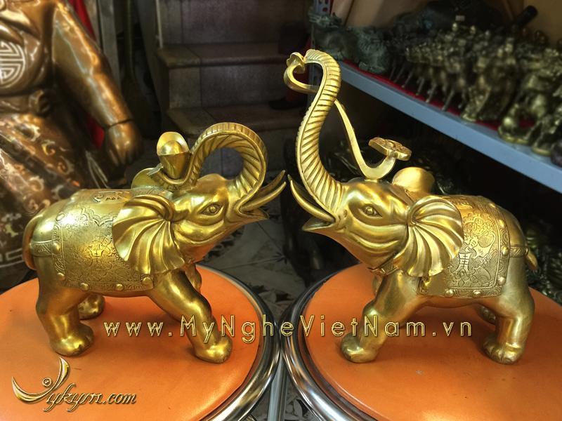 Tượng voi đồng ngậm gậy như ý và thỏi vàng cao 20cm0
