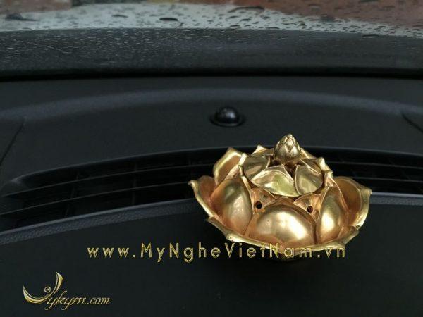 đỉnh đốt trầm hoa sen mạ vàng đặt tap lô ô tô