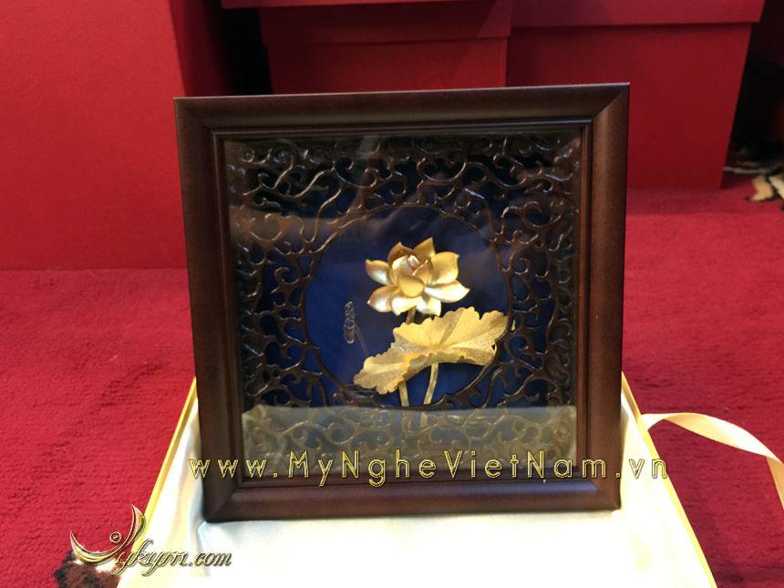 Tranh hoa sen mạ vàng làm quà tặng đối tác cao cấp0