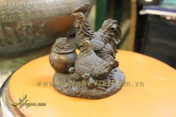 tượng gia đình gà phong thủy bằng đồng chầu hũ tiền