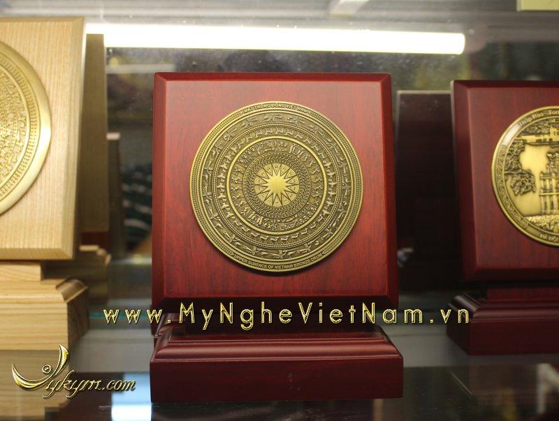 Biểu trưng mặt trống đồng gỗ dựng 16cm