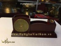 Hộp đựng card visit cắm bút trên bàn làm việc mặt trống đồng