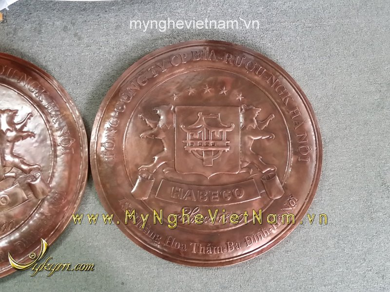 sản xuất logo bia hà nội bằng đồng đỏ