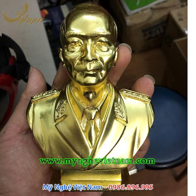 Tượng đại tướng Võ Nguyên Giáp để bàn bằng đồng0