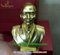 Tượng đại tướng Võ Nguyên Giáp để bàn bằng đồng