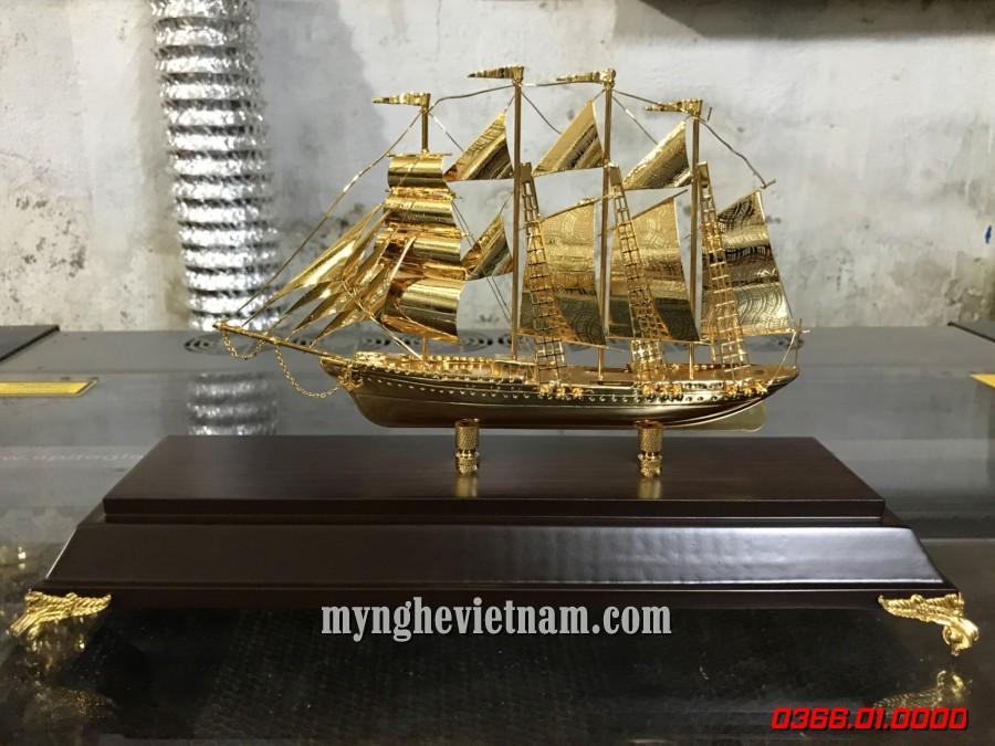 Thuyền buồm dát vàng để bàn làm việc sang trọng độc đáo0