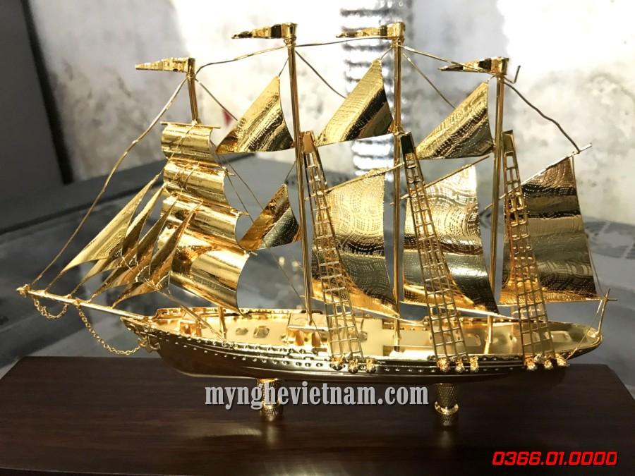 Thuyền buồm dát vàng để bàn làm việc sang trọng độc đáo
