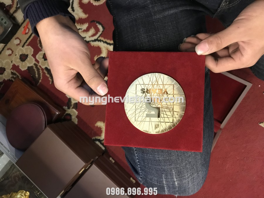 Biểu trưng quà tặng kỷ niệm 5 năm thành lập công ty