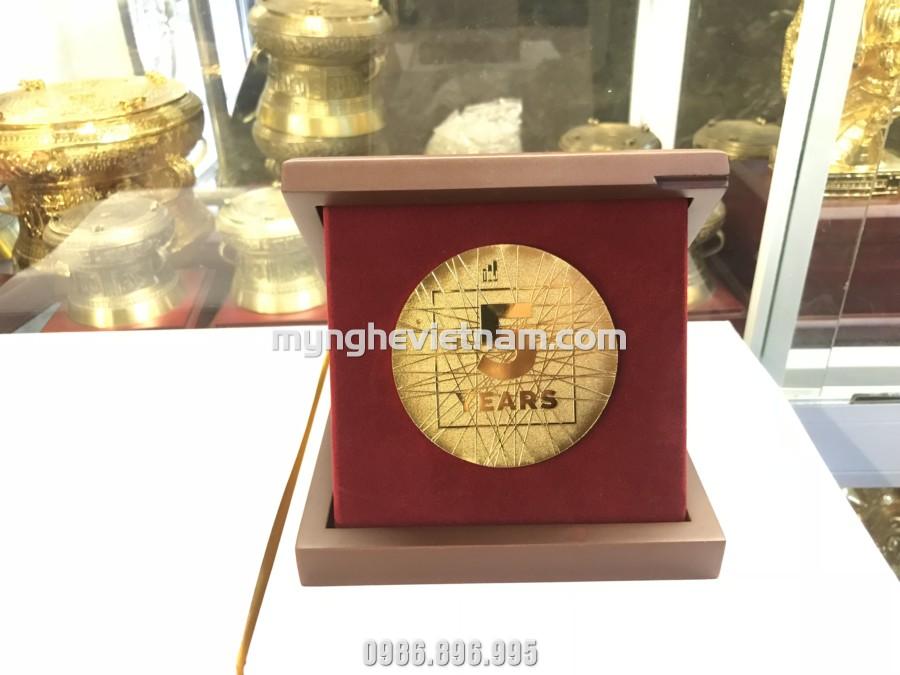 Biểu trưng quà tặng kỷ niệm 5 năm thành lập công ty dát vàng0