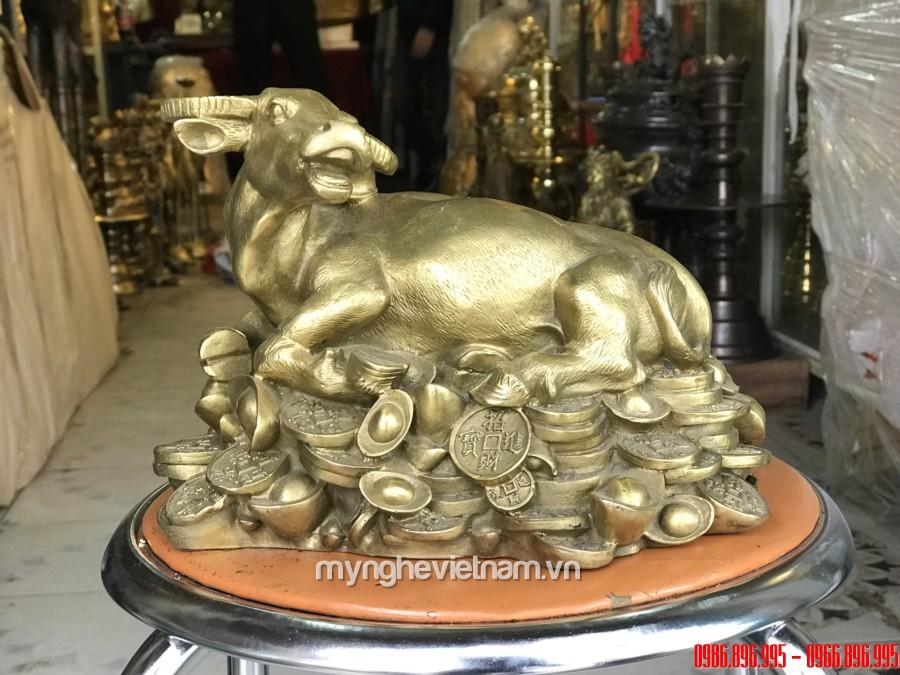 Tượng trâu đồng nằm trên tiền phong thủy dài 25cm