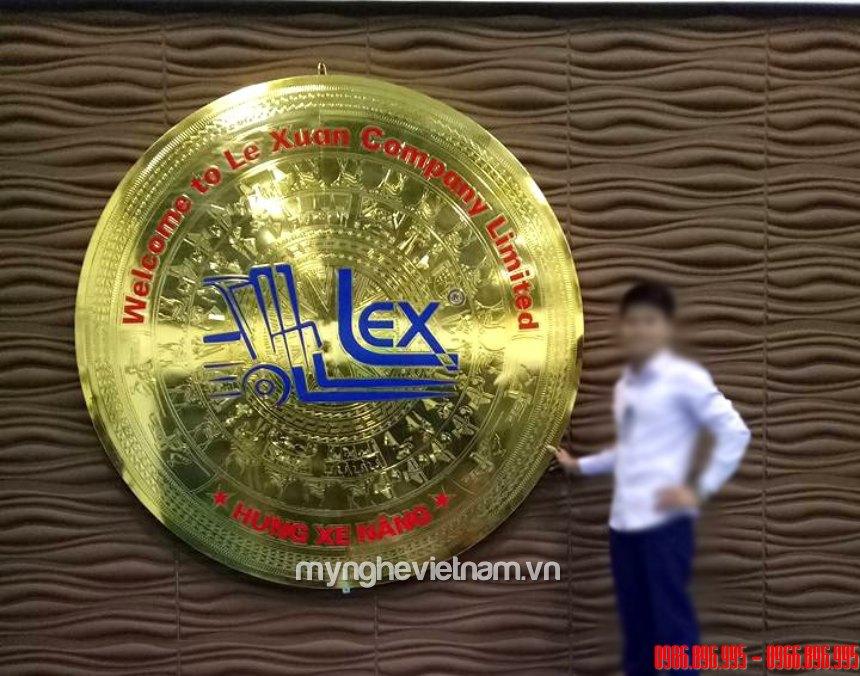 nơi làm logo công ty bằng đồng trên nền trống đồng
