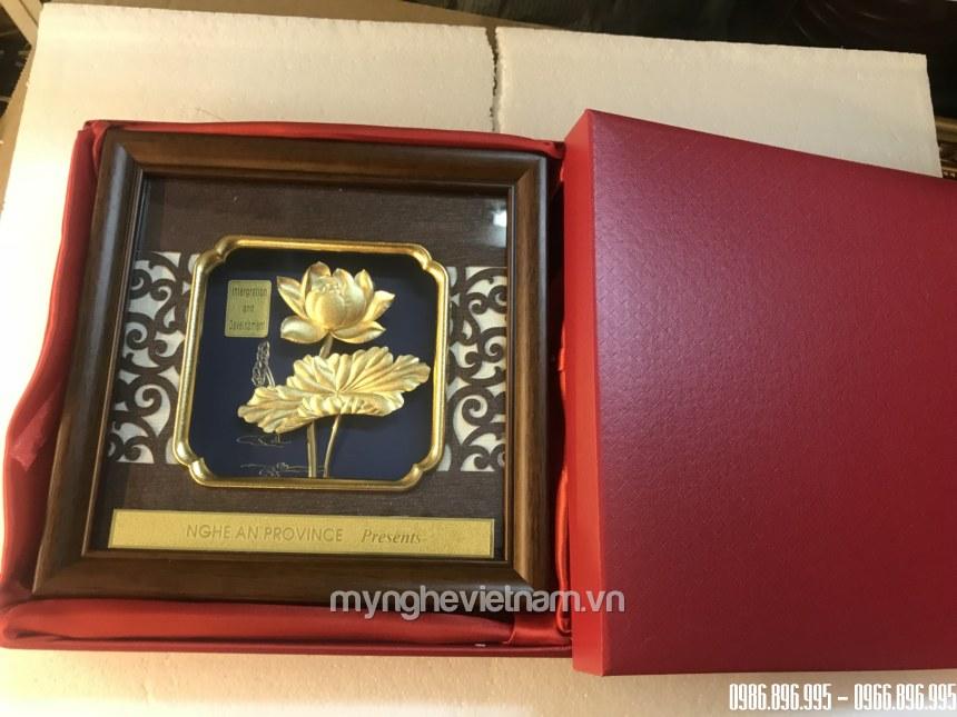 Tranh hoa sen quà tặng 20x20cm dát vàng 24k cao cấp dành cho đối tác