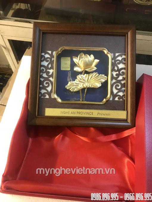 Tranh hoa sen quà tặng 20x20cm dát vàng 24k cao cấp có hộp đỏ lót lụa