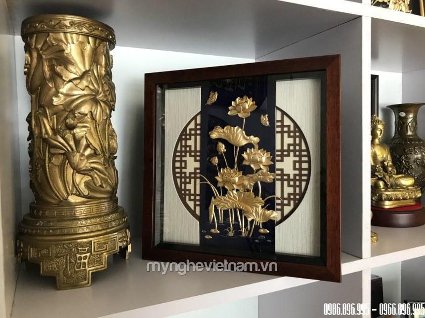 Tranh hoa sen quà tặng để bàn dát vàng 30x30cm