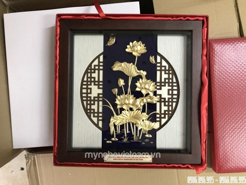 Tranh hoa sen quà tặng để bàn dát vàng 30x30cm tặng khách vip