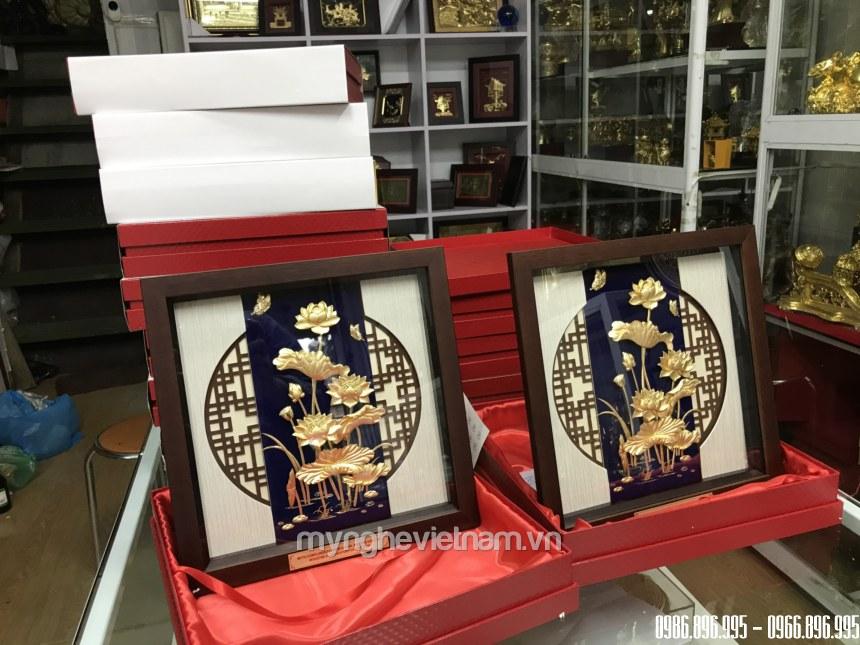 Tranh hoa sen quà tặng để bàn dát vàng 30x30cm tặng khách vip, có hộp đựng