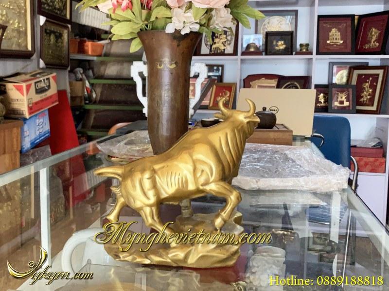 Tượng bò tót bằng đồng cao 20cm dài 25cm