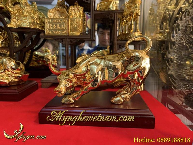Tượng bò húc phố wall bằng đồng mạ vàng dài 20cm0