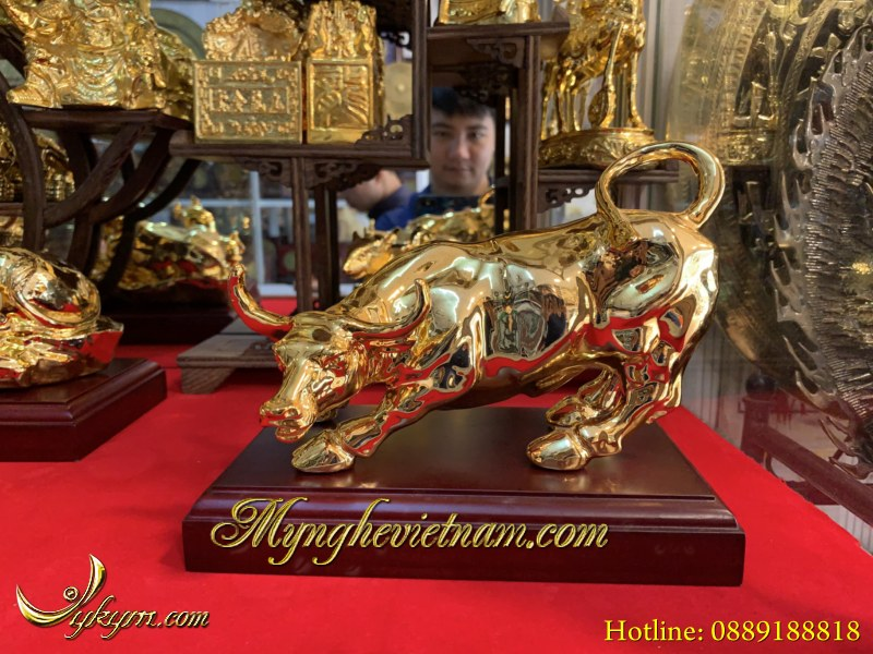 Tượng bò húc phố wall bằng đồng mạ vàng dài 20cm